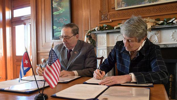 La secretaria estadounidense del Interior, Sally Jewell, y el viceministro primero cubano de Ciencia, Tecnología y Medioambiente, Fernando González, este martes en Washington. (Flickr)