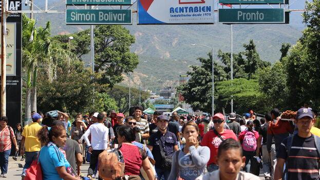 Un grupo de personas cruzan el Puente Internacional Simón Bolívar desde Venezuela a Colombia. (Archivo Mario J. Pentón)