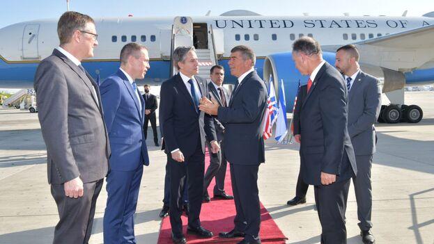 Blinken fue recibido en el Aeropuerto Internacional de Ben Gurión por el ministro de Exteriores israelí, Gabi Ashkenazi, y el encargado de negocios de la embajada de EE UU en Jerusalén, Jonathan Shrier. (IsraelInSpanish)