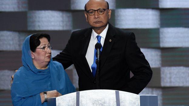 Intervención de los padres del capitán Humayun Khan en la convención del Partido Demócrata. (Twitter)