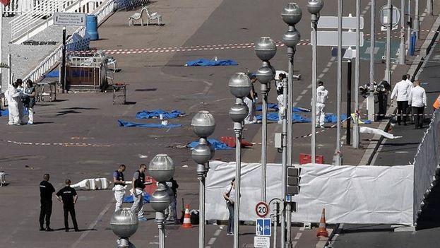 Investigadores de la policía en una de las zonas del Paseo de los Ingleses de Niza, donde se produjo este jueves el atentado que ha costado la vida a 84 personas. (EFE/Alberto Estévez)