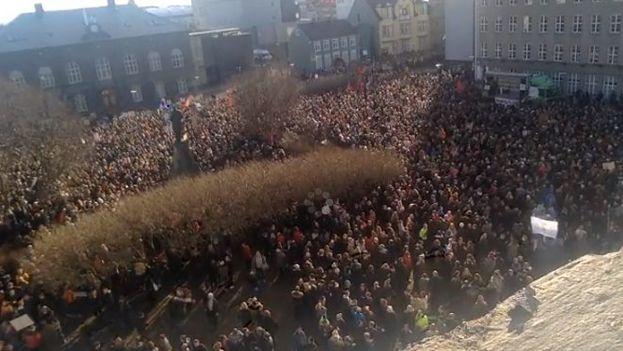 En Islandia, los ciudadanos se han echado a la calle para pedir responsabilidades a su primer ministro tras la filtración de documentos. (Twitter)