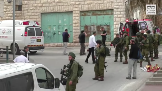 Palestino inmovilizado en el suelo instantes antes de ser ejecutado por el soldado israelí Elor Azaría (B'Tselem)