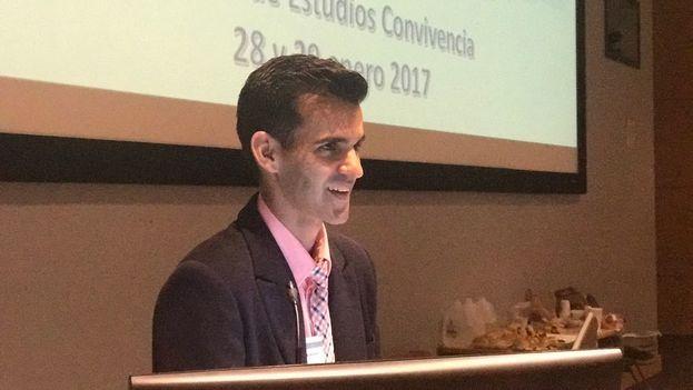Yoandy Izquierdo, editor de la revista Convivencia imparte una conferencia sobre la sociedad civil cubana en la Universidad Internacional de la Florida. (14ymedio)