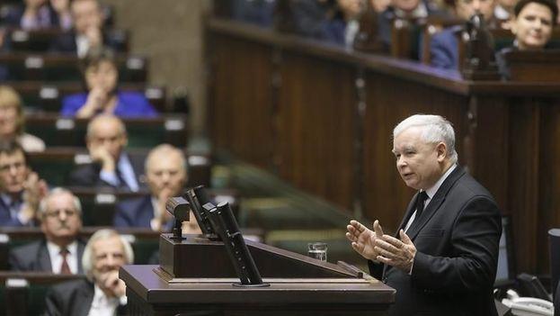 El líder del partido Ley y Justicia, Jaroslaw Kaczynski, en un discurso durante un debate en el Parlamento (Sejm) en Varsovia, Polonia. (EFE/Archivo)