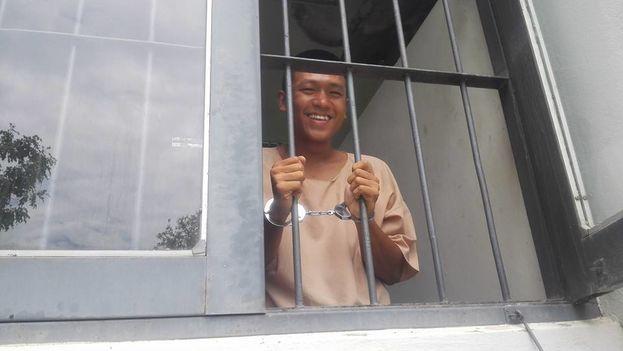 Jatupat Boonpattaraksa fue condenado a dos años y seis meses de prisión por compartir en Facebook un perfil del rey de Tailandia. (Thai Lawyers for Human Rights)