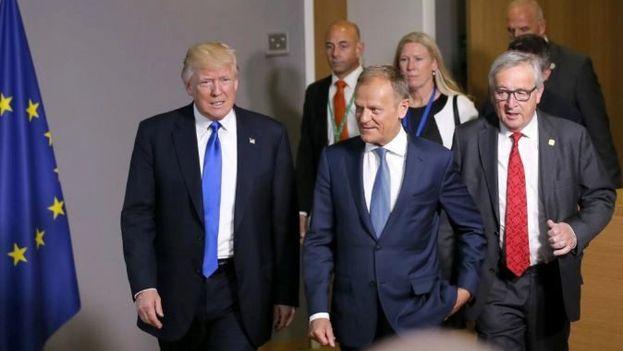 Jean-Claude Juncker y Donald Trump junto a Donald Tusk (centro), presidente del Consejo Europeo, en un encuentro en Bruselas. (EFE)