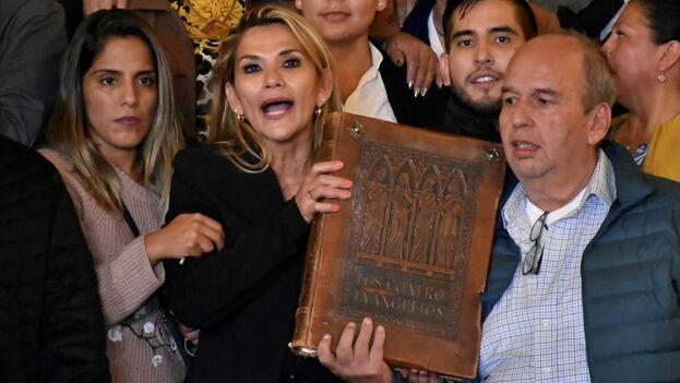 La senadora opositora Jeanine Áñez (c) habla tras asumir la presidencia interina de Bolivia este martes en La Paz. (Archivo EFE)