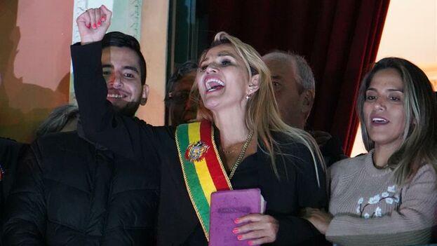 Jeanine Áñez asumió la Presidencia interina tras una sesión parlamentaria con la ausencia de los representantes del oficialista Movimiento Al Socialismo. (EFE)