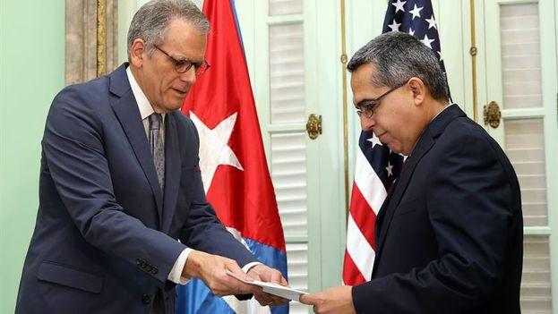Jeffrey DeLaurentis entrega la carta del presidente Obama para Raúl Castro al ministro de exteriores Marcelino Medina . (EFE/Alejandro Ernesto)