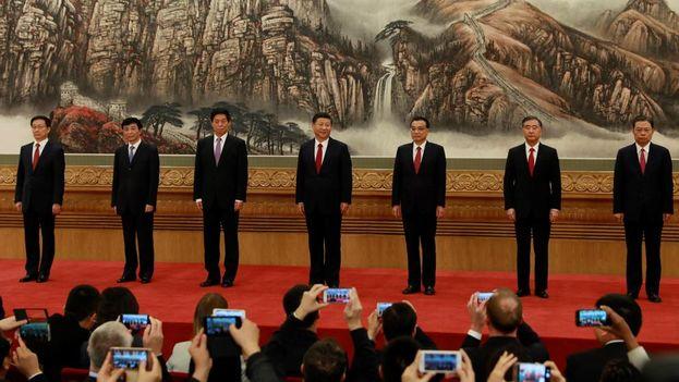 Xi Jinping presentó al nuevo politburó en el que se ha garantizado la ausencia de rivales. (EFE/ How Hwee Young)