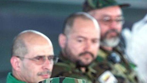 Joaquín Gómez, durante una reunión en Los Pozos, el 14 de febrero de 2002 junto a Simón Trinidad, Carlos Lozada y Raúl Reyes. (Luis Acosta/AFP)