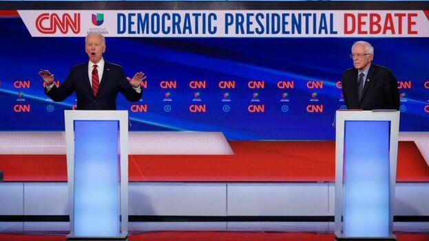 Joe Biden y Bernie Sanders están, por su edad, consideradas personas de riesgo en caso de contagiarse de coronavirus. Ambos se saludaron con el codo en el debate del domingo. (captura)