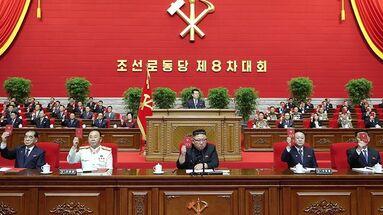 Kim Jong-un (centro) preside el Congreso del Partido de los Trabajadores de Corea del Norte. (EFE)