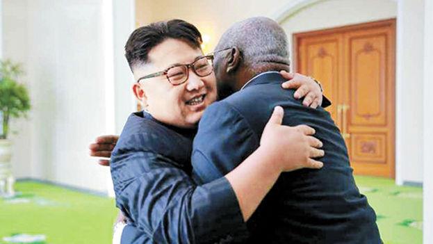 El líder norcoreano, Kim Jong-un, con el vicepresidente del Consejo de Estado de Cuba, Salvador Antonio Valdes Mesa. (R. Sinmun)