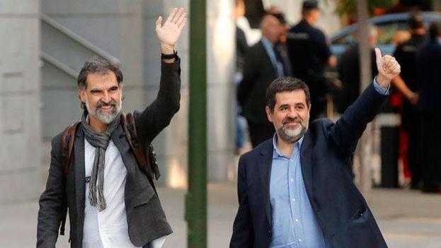 Jordi Cuixart (izquierda), presidente de Òmnium Cultural y Jordi Sànchez (derecha), presidente de la ANC, llegando a la Audiencia Nacional este lunes. (EFE)