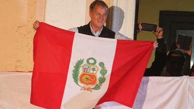 Jorge Muñoz saluda desde desde el local de Acción Popular en el centro de Lima. (RPP Noticias)