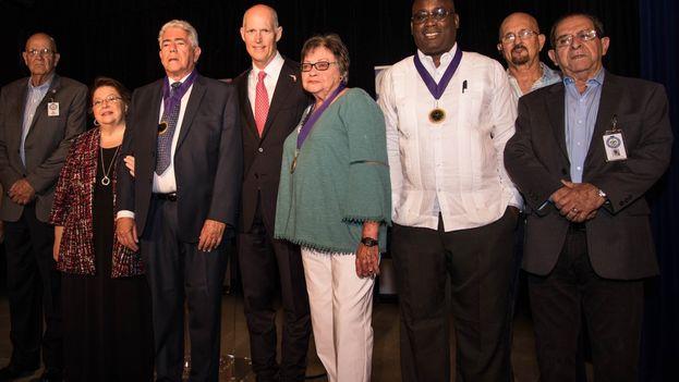Rick Scott junto a los homenajeados Cary Roque, Angel de Fana y Jorge Luis Garcia Perez 'Antúnez'. (@FLGovScott)