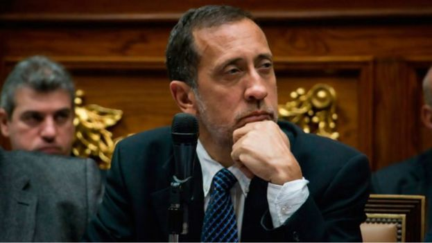 """El diputado opositor José Guerra afirma que el país es """"inviable"""" sin la recuperación petrolera."""