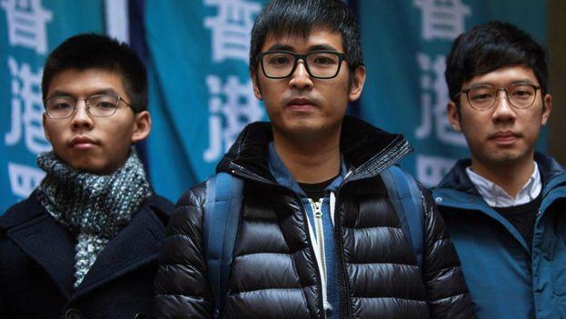 Los activistas democráticos Joshua Wong (izquierda), Alex Chow (centro) y Nathan Law (derecha), posan para una fotografía en el exterior del juzgado de apelaciones de Hong Kong. (EFE)