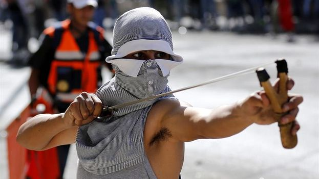 "Joven palestino se enfrenta a soldados israelíes con con ""tirapiedras"". (EFE)"