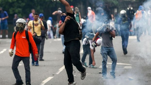 Jóvenes se manifiestan contra el Gobierno de Nicolás Maduro en Venezuela. (EFE)