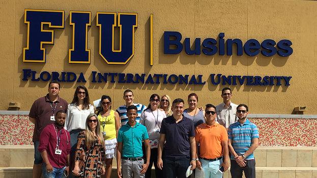 Jóvenes cubanos del programa InCubando en la Universidad Internacional de Florida. (Incubando)
