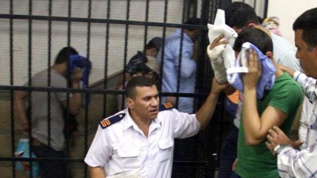 Jóvenes condenados en Egipto por participar en una boda gay. (EFE)