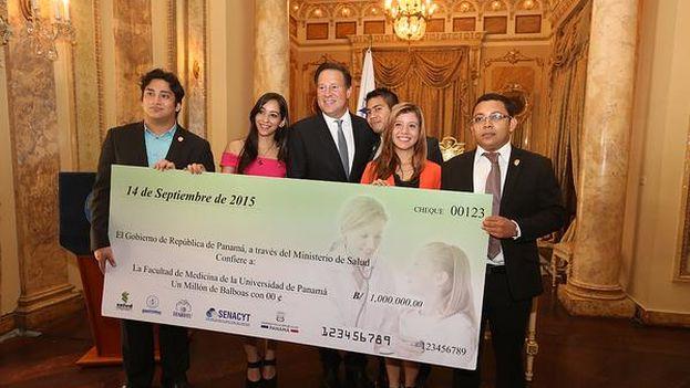Juan Carlos Varela entrega becas a los estudiantes de medicina este lunes 14 de septiembre. (@PresidenciaPma)