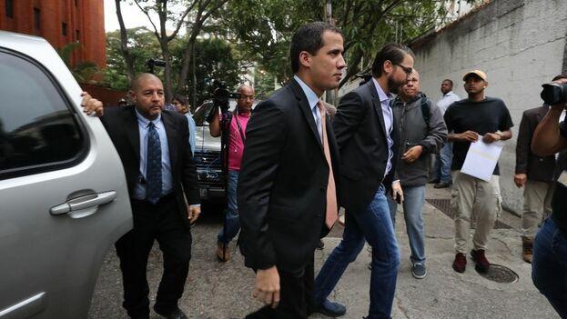 Ante la imposibilidad de acceder a la sede parlamentaria, la comitiva de Juan Guaidó regresó a la sede de Acción Democrática. (EFE)
