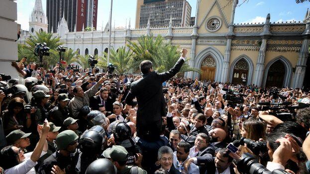Juan Guaidó tuvo que enfrentarse a la Guardia Bolivariana, que le impedía el acceso al Parlamento. (jguaido)