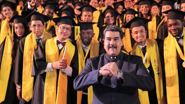 El líder chavista insultó a Juan Guaidó y lo retó a ganar las elecciones en un acto de graduación este martes. (NicolasMaduro)
