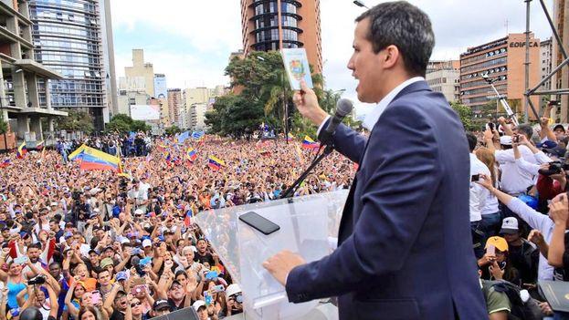 """Juan Guaidó jura como """"presidente interino"""" de Venezuela. (@jguaido)"""