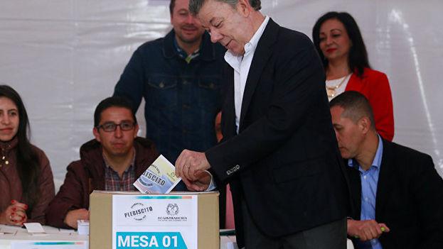 Juan Manuel Santos, presidente de Colombia, en el momento de depositar su voto. (EFE)