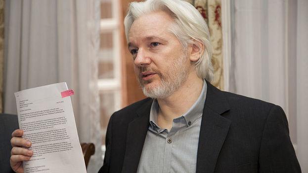 Julian Assange durante una rueda de prensa ofrecida en 2014 desde su encierro en la embajada de Ecuador en Londres. (CC/Wikipedia)