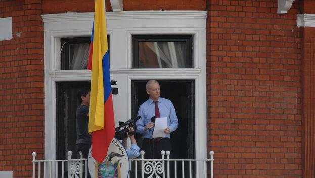 Julian Assange desde la embajada de Ecuador en Londres, donde permanece atrincherado desde 2012. (CC)