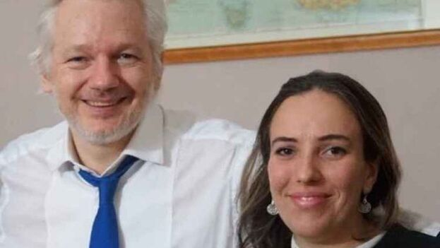 Julian Assange y Stella Moris en una imagen de archivo.