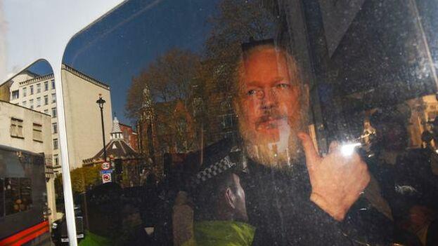 Julian Assange en el furgón policial momentos después de su detención. (EFE/ Stringer)