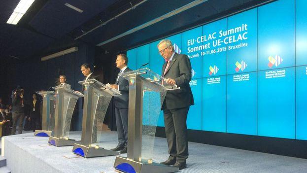 Juncker, Correa y Tusk en la rueda de prensa de cierre de la cumbre UE-Celac en Bruselas. (@eucopresident)