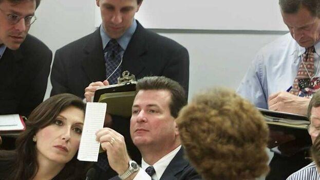 Una escena del documental '537 votes', donde aparecen miembros de la Junta de Escrutinio del condado de Miami-Dade al revisar las boletas de votación durante los comicios de 2000 en Florida. (HBO)