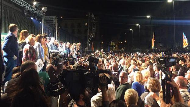 Los cabezas de lista de Junts pel Sí valoran los resultados en la fiesta organizada por la coalición en el centro de Barcelona. (@JuntsPelSi)