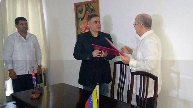 Firma del acuerdo de cooperación en materia de Justicia entre Darío Delgado y Tarek William Saab, fiscales generales de Cuba y Venezuela. (@MinpublicoVE)