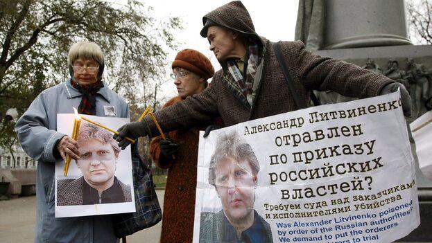 Imagen de archivo de un grupo de defensores de los derechos humanos y representantes políticos de la oposición manifestándose por el caso del ex agente del KGB Aleksandr Litvinenko, asesinado en Londres, en una imagen de archivo. (EFE/Sergei Chirikov)