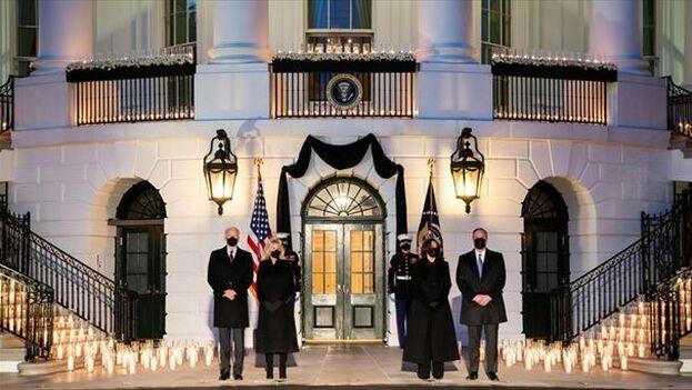 Joe Biden y Kamala Harris junto a sus respectivos esposos riden homenaje a los fallecidos por covid-19 en EE UU, que este lunes superaron el medio millón. (EFE)