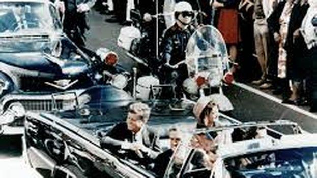 John F. Kennedy junto a la primera dama en Dallas minutos antes de ser asesinado. (Walt Cisco/ Dallas Morning News/PD)