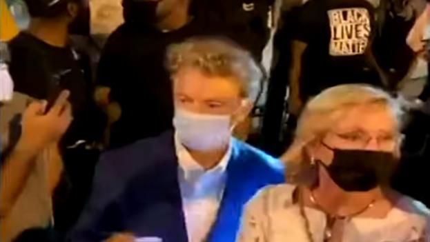 Rand Paul, senador por Kentucky, y su esposa, rodeados por manifestantes partidarios del movimiento Black Lives Matter. (Captura)
