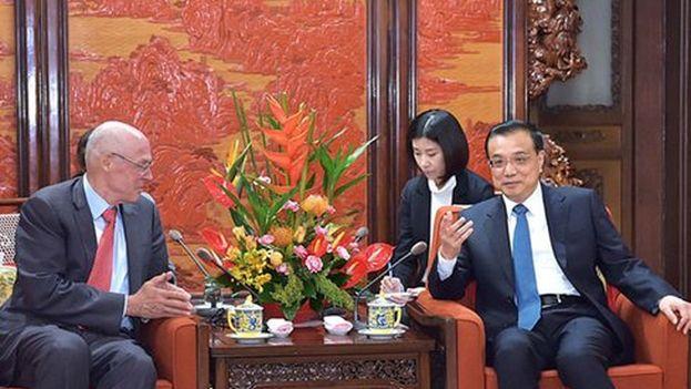 Li Keqiang con el exsecretario del Tesoro de EE UU, Henry Paulson. (@XHNews)