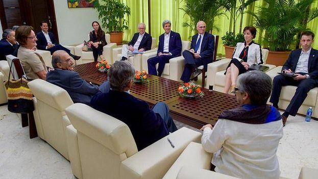 Kerry durante la reunión este lunes con el Gobierno colombiano y las FARC. (@StateDept)
