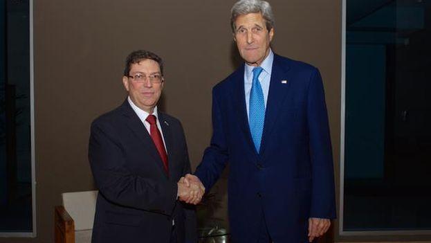 John Kerry y Bruno Rodríguez se estrechan la mano en la víspera de la Cumbre de las Américas. (@StateDept)