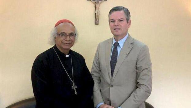 Kevin Sullivan con Leopoldo Brenes. El cardenado ha sido invitado por las dos partes a participar en las negociaciones.